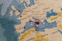 Ett stift på rome, Italien i världskartan royaltyfri bild