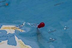 Ett stift på Solomon Islands i världskartan arkivbild