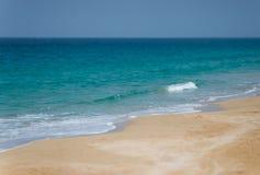 Ett stillsamt tropiskt tömmer stranden Selektivt fokusera Arkivbilder