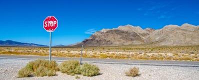 Ett stopptecken vid huvudvägen utanför område 51 Arkivbild