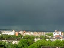 Ett stormmoln och en stor bakåtriktad stad Arkivbild