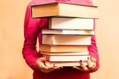 Ett stort antal böcker i händerna Royaltyfria Foton