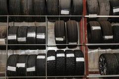 Ett stort antal bilhjul med gummihjul som lagras vertikalt i kuggar f?r lagring under ett s?songsbetonat klimat auto bil inom mek arkivfoton