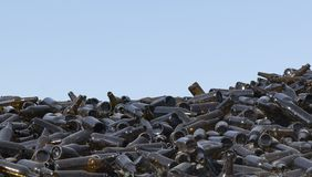 Ett stort antal bruna glasflaskor av closeupen för mörk färg - bild arkivbilder