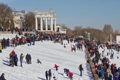 Ett stort antal folk kom till den centrala promenaden att se th Arkivfoton