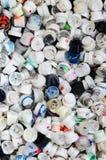Ett stort antal lock från cans av ærosol målar för grafitti Suddigt med kulöra målarfärgdysor ligg i en enorm pil fotografering för bildbyråer