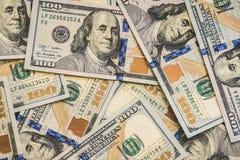 Ett stort antal ny hundra-dollar desintegrerade hundra US dollarräkningar För bakgrunds- och kopieringsutrymmet Royaltyfri Foto