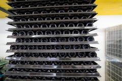 Ett stort antal vinkuggar ligger överst av de i produktion royaltyfri foto