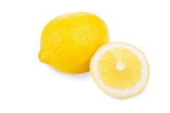 Ett stort appetising, mogen citron och en saftigt halva-snitt ljus gul citron som isoleras på en vit bakgrund lemons lime citrone Fotografering för Bildbyråer