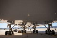 Ett stort borgerligt flygplananseende på en grov asfaltbeläggning på flygplatsen royaltyfri foto