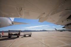 Ett stort borgerligt flygplananseende p? en grov asfaltbel?ggning p? flygplatsen royaltyfria foton
