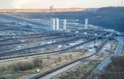 Ett stort brunt kol som ?r ?ppet - gjuten gropmin vid Garzweiler i Tyskland arkivfoton
