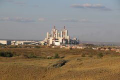 Ett stort cement för växt för tillverkning av i den Orenburg regionen Arkivfoto