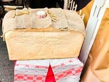 Ett stort enormt rektangulärt släntrar av vitt hemlagat hemlagat vetebröd med en skorpa och saltar Rysk tradition som möter gäste arkivfoton