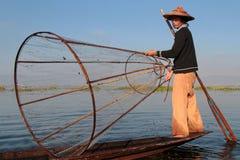 Ett stort fisknät på ett litet fartyg Arkivfoto