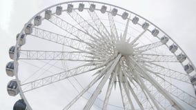 Ett stort hjul uppe i luften royaltyfri foto