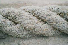 Ett stort rep på stranden Arkivbild