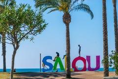 Ett stort Salou tecken på stranden royaltyfri bild