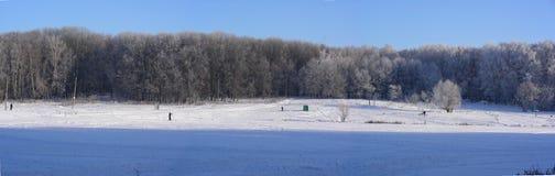 Ett stort snödamm, fryste dolt med vit snö, en panorama Arkivbilder