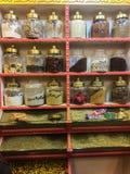 Ett stort sortiment av orientaliska smaktillsatser på en hylla i ett orientaliskt lager, matnäringbegrepp, Egypten, 2019 royaltyfri fotografi