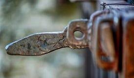 Ett stort stycke av gammal metall: gammalt rostigt järnlås royaltyfri foto
