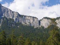 Ett stort vaggar väggen i de schweiziska bergen royaltyfri bild