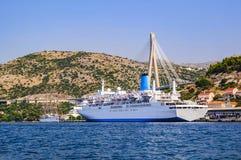 Ett stort vitt skepp på pir nära bron av Franjo Tudjman croatia dubrovnik Arkivbilder