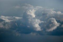 Ett stort vitt stackmolnmoln, stormen är annalkande arkivbild