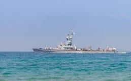 Ett stridskepp deltar i ett maritimt ståtar av kusten av Haifa i heder av den 70th årsdagen av självständigheten av royaltyfria foton