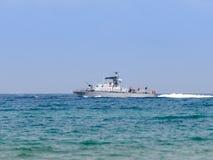 Ett stridskepp deltar i ett maritimt ståtar av kusten av Haifa i heder av den 70th årsdagen av självständigheten av royaltyfria bilder