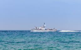 Ett stridskepp deltar i ett maritimt ståtar av kusten av Haifa i heder av den 70th årsdagen av självständigheten av royaltyfri bild