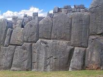 Ett stycke av den forntida stenhuggeriarbetet Arkivbild