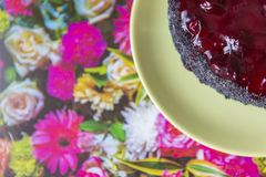 Ett stycke av den körsbärsröda kakan för vallmo på en platta Royaltyfri Bild