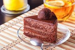 Ett stycke av den ljusbruna kakan för choklad på en platta Fotografering för Bildbyråer
