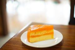 Ett stycke av den orange kakan royaltyfri fotografi