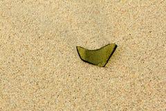 Ett stycke av exponeringsglas på sandstranden Royaltyfri Fotografi