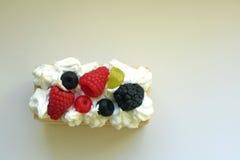 Ett stycke av handgjord tvål för kaka, läckra sötsaker Royaltyfri Foto