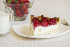Ett stycke av jordgubbegräddostpajen Royaltyfri Foto