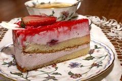 Ett stycke av jordgubbepajen och en kopp te Fotografering för Bildbyråer