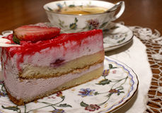 Ett stycke av jordgubbepajen och en kopp te Royaltyfri Fotografi