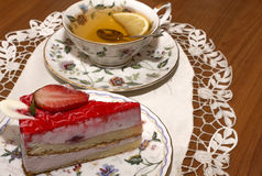 Ett stycke av jordgubbepajen och en kopp te Arkivbilder
