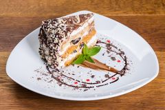 Ett stycke av kakan i en platta arkivfoto