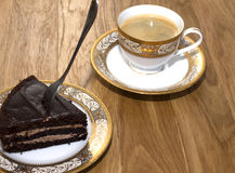 Ett stycke av kakan med en kopp kaffe för frukost Arkivfoton