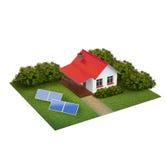 Ett stycke av land med gräsmatta med huset, buskar och simbassängen Arkivfoton