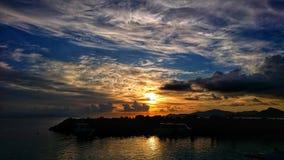 Ett stycke av molnkakan i solnedgången lägeLa Digue Seychellerna royaltyfri fotografi