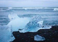 Ett stycke av is på stranden royaltyfria bilder