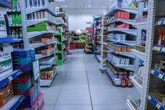 Ett supermarketavsnitt, korridor med överflöd av produkter fotografering för bildbyråer