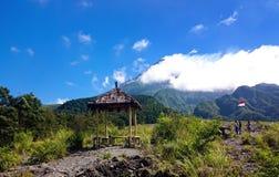 Ett tält nära berget arkivbild