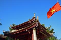 Ett tak för traditionell byggnad med den vietnamesiska flaggan Royaltyfri Bild