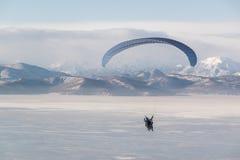 Ett tandemt paraplan flyg Arkivfoto